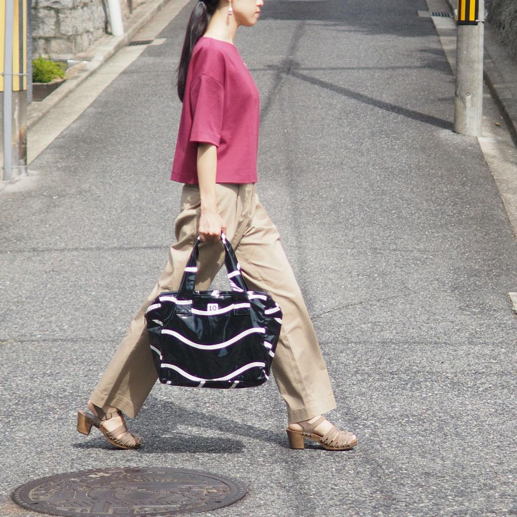 シンプルなコーディネートを引き立てるスウェーデンのバッグ