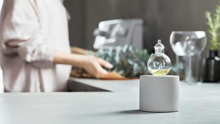 エッセンシャルオイル本来の上質な香りを損なうことなく空間に届ける、本格的なネブライザー式ディフューザー「orb(オーブ)」